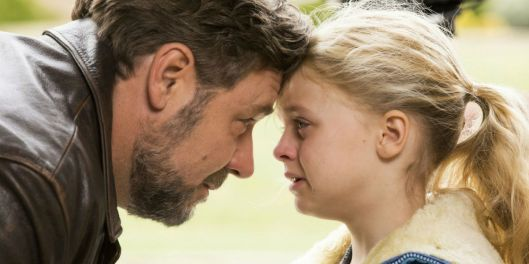 fathers-daughters-russell-crowe-kylie-rogers.jpg